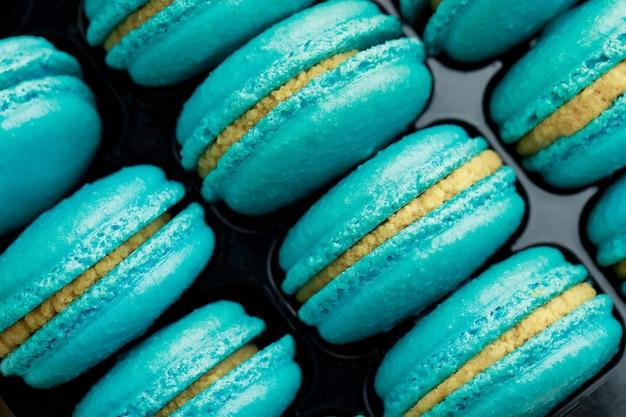 Des macarons français bleu sucré sont dans la boulangerie.