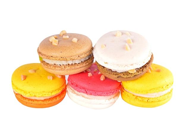 Macarons français colorés sur blanc