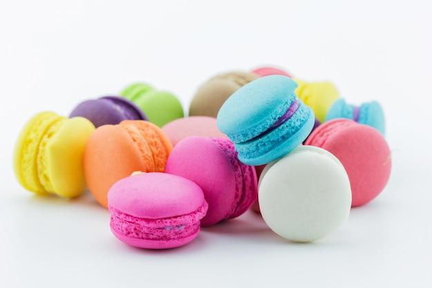Macarons français colorés ou macaron sur fond blanc