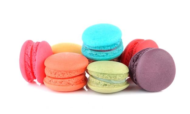 Macarons français colorés sur mur blanc
