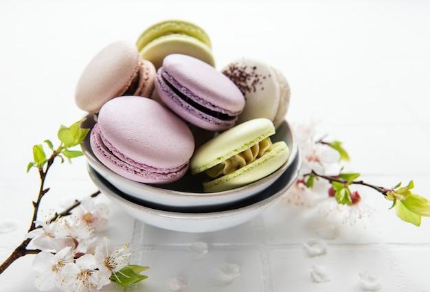Macarons français colorés sur la surface des carreaux