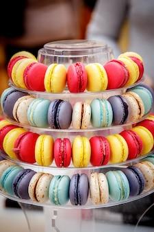 Les macarons français colorés traditionnels sont une confection sucrée à base de meringue, pyramide