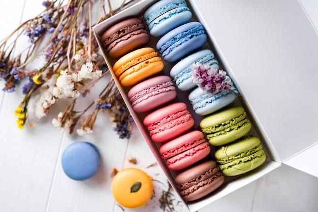 Macarons français multicolores
