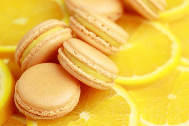 Des macarons français à l'orange se trouvent dans la boulangerie.