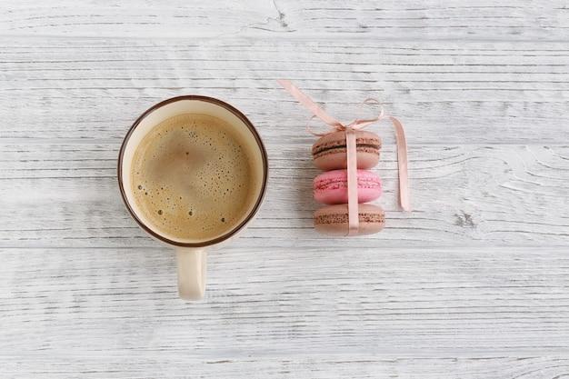 Macarons français pastel doux. macarons café, chocolat, vanille et framboise, ton vintage