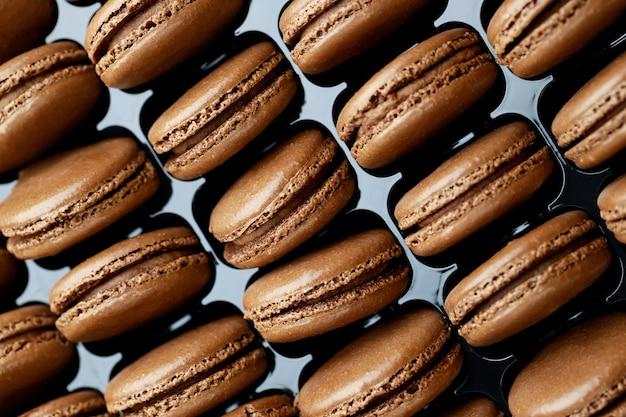 Des macarons français à saveur de chocolat sont dans la boulangerie.