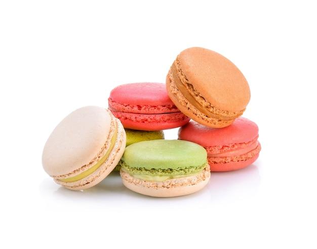 Macarons français sucrés et colorés ou macaron, dessert