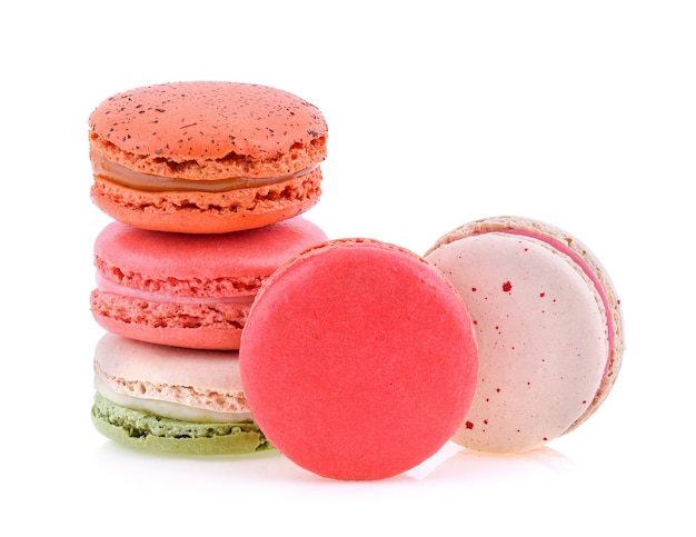 Macarons français sucrés et colorés ou macaron sur fond blanc