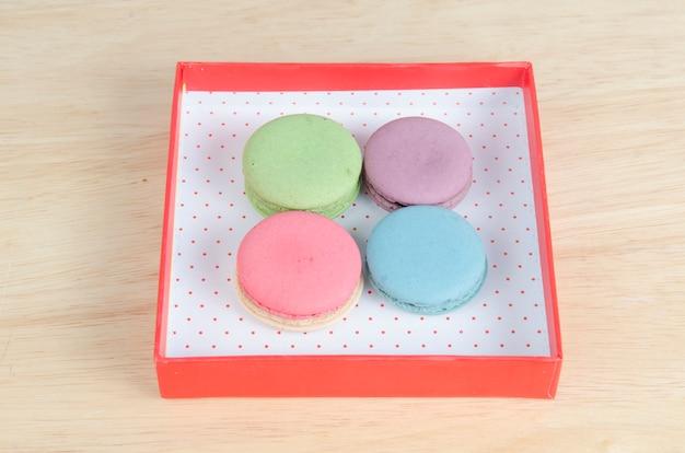 Macarons français sucrés et colorés