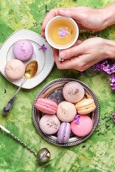 Macarons français sucrés et thé