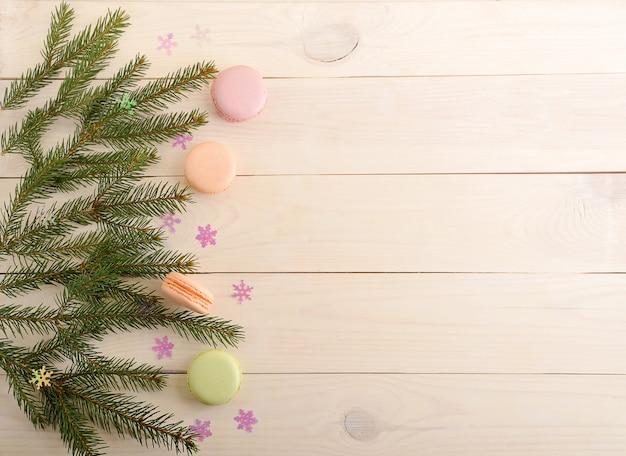 Macarons de gâteau avec des branches d'arbres de noël et des flocons de neige