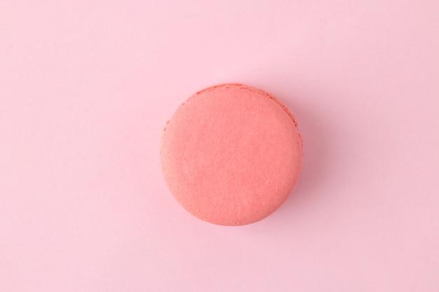 Macarons. gâteaux de macarons multicolores français. petit gâteau sucré français sur fond rose vif. dessert. bonbons. vue de dessus. minimalisme