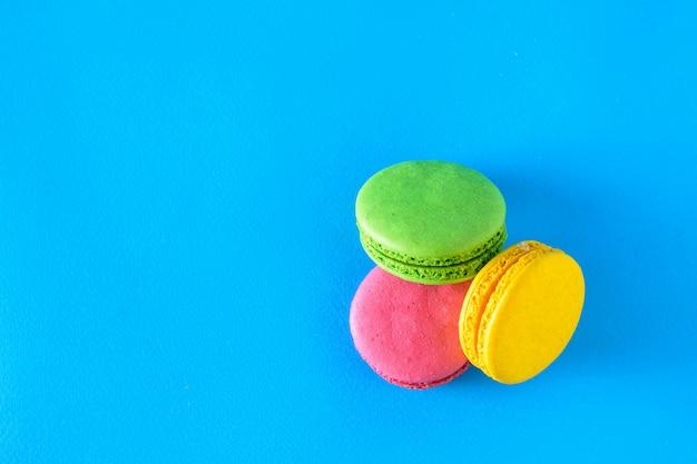 Macarons jaunes, verts et rouges