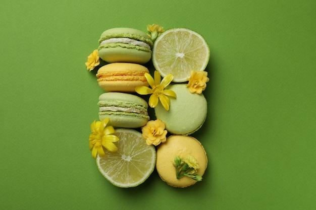 Macarons, limes et fleurs sur fond vert