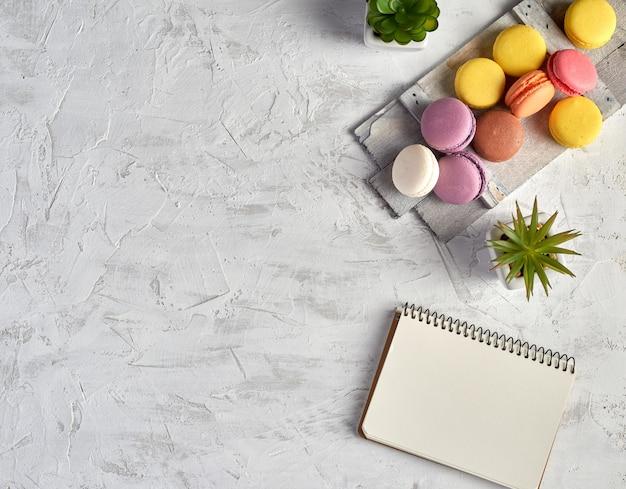 Macarons multicolores rôtis au four sur blanc