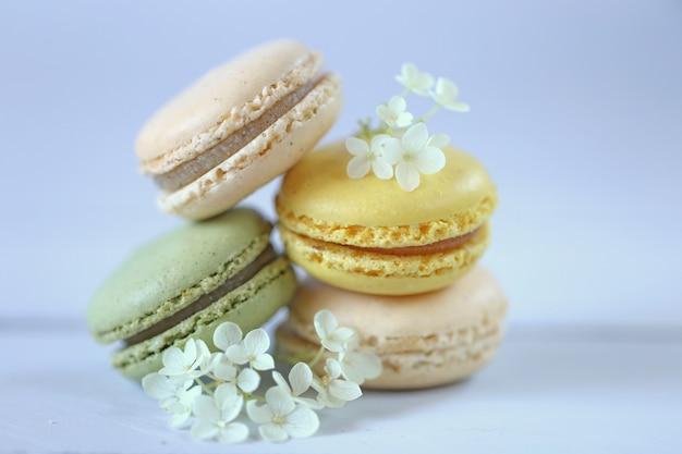 Macarons. pile de macarons jaunes et fleurs d'hortensia blanc