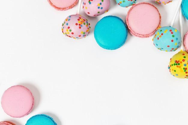 Macarons roses et bleus à la menthe et gâteaux colorés.