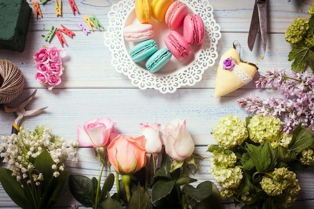 Macarons sucrés et fleurs - préparation de cadeau