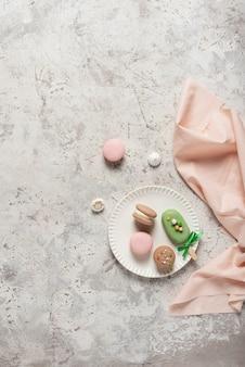 Macarons sucrés français sur la table lumineuse, vue de dessus et espace de copie pour votre texte