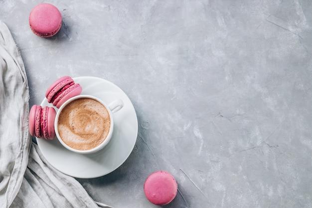 Macarons sucrés et une tasse de café