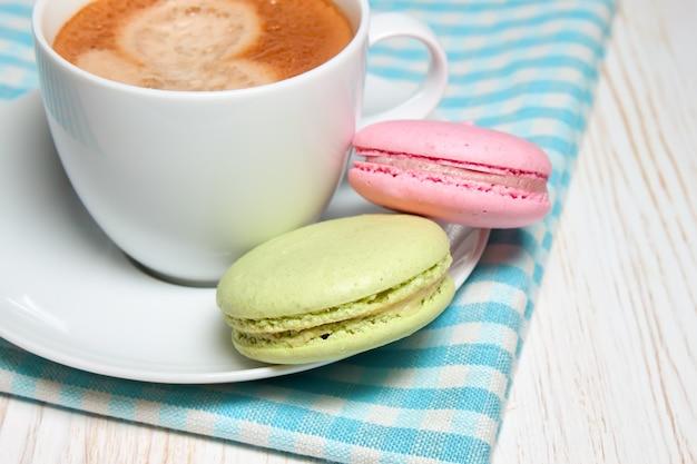 Macarons et une tasse de café blanc