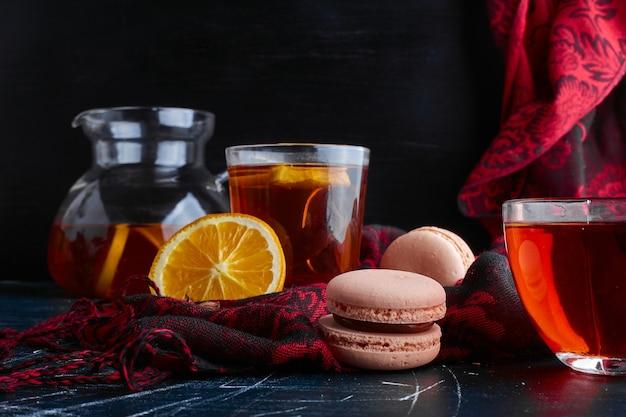 Macarons avec un verre de thé.
