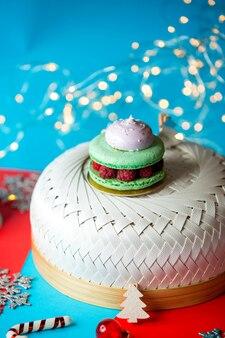Macarons verts aux framboises et meringues sur le dessus