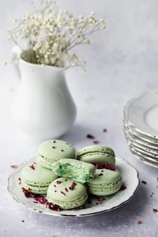 Macarons verts en plaque