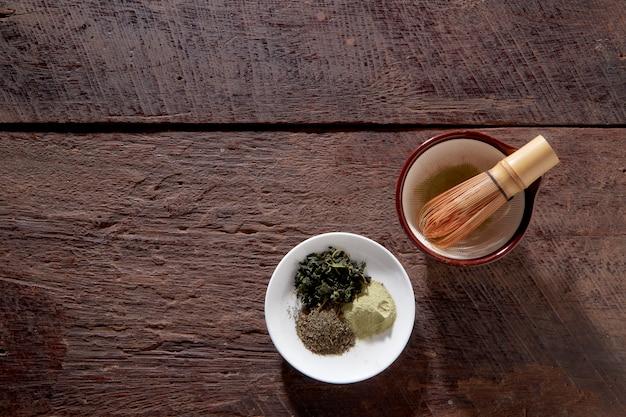 Macha thé sur une surface en bois