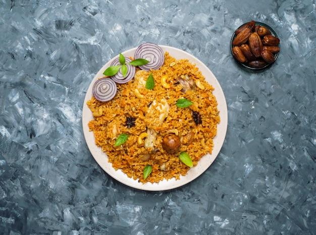 Machboos au poulet (poulet et riz aux épices bahreïnites).