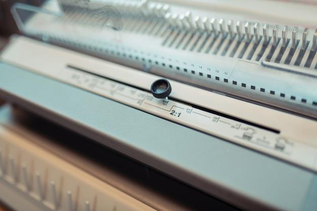 Machine au bureau. vue de dessus de la machine d'impression blanche debout dans le bureau des éditeurs