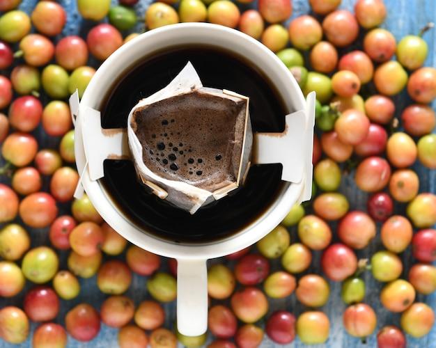 Machine à café au goutte à goutte avec grains de café frais.