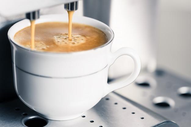 Machine à café automatique faisant un expresso crémeux