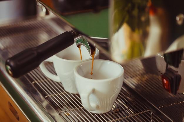 La machine à café automatique fait deux cafés parfumés