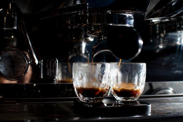 La machine à café fait un double expresso