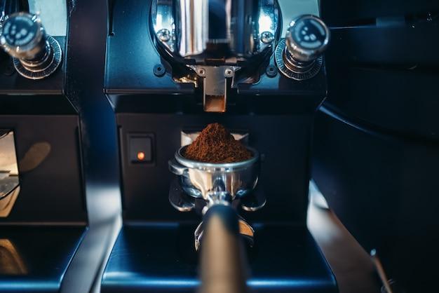 Machine à café avec gros plan de grains moulus frais