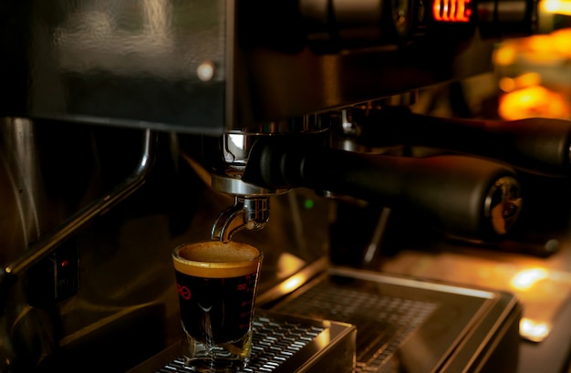 Machine à café professionnelle agrandi dans un café. cafetière pour préparer expresso, americano, latte et cappuccino.