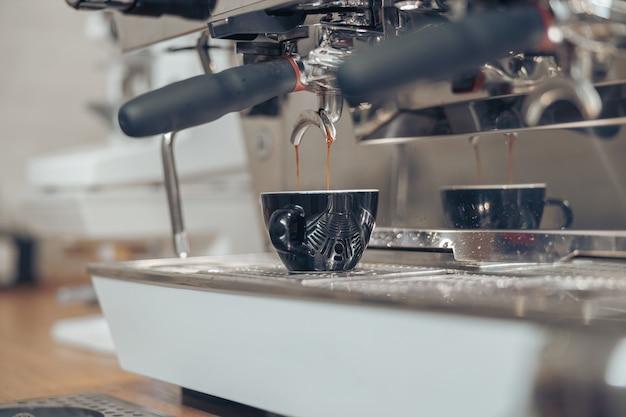 Machine à café professionnelle infusant l'espresso dans la cafétéria