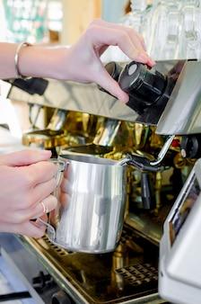 Machine à café professionnelle préparant un expresso dans un café