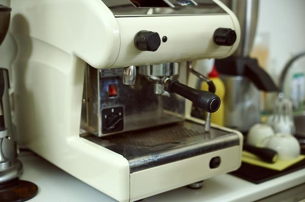 Machine à café vapeur. focus sur la machine à café