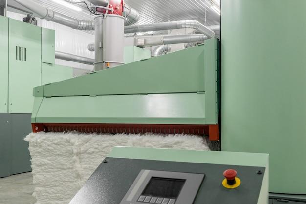 Machine à carder dans l'atelier de filature. équipements et technologies à l'usine textile