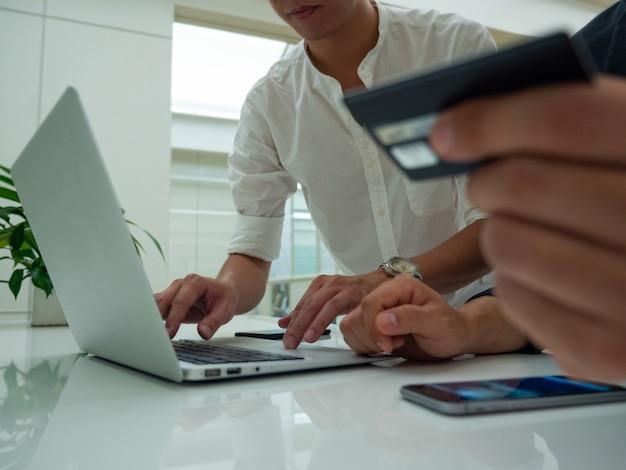 Machine de carte de crédit pour payer l'argent du client avec la vidéo full hd