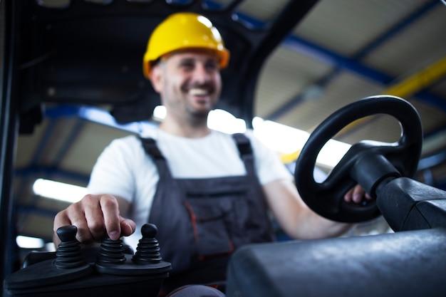 Machine de chariot élévateur d'exploitation de travailleur d'entrepôt