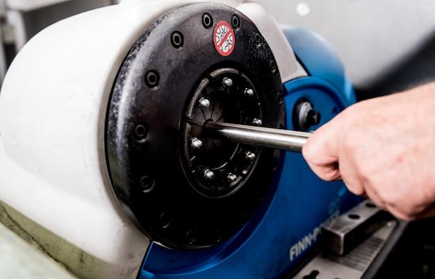 La machine à cintrer les rouleaux fait la formation de tuyaux.
