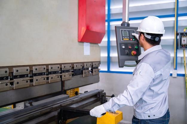 Machine de contrôle de technicien asiatique