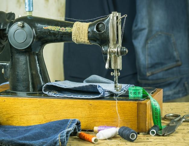Machine à coudre du passé avec fil et ciseaux