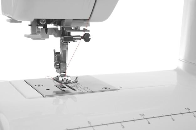Machine à coudre moderne avec fil, gros plan