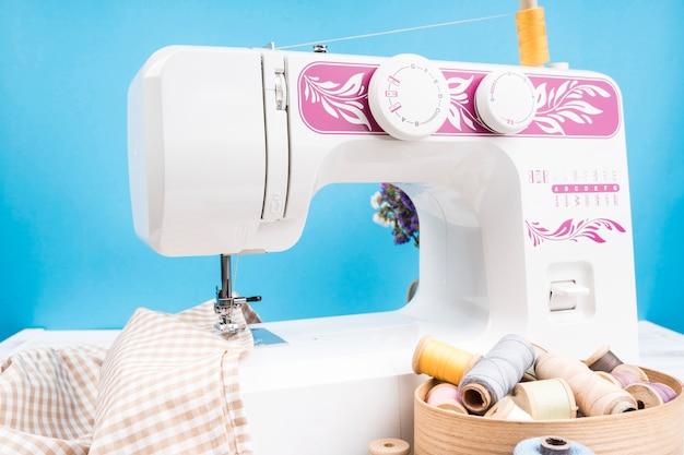 Machine à coudre avec un tissu à motifs