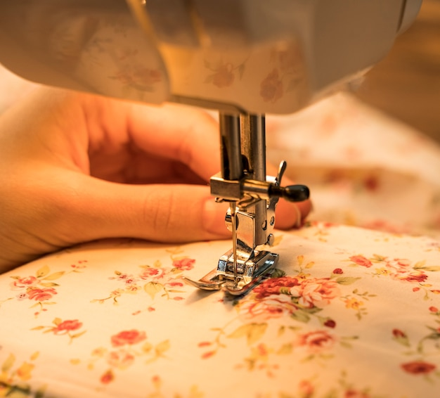 Machine à coudre utilisée sur un tissu à motifs