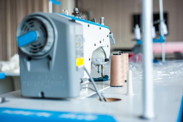 Machine à coudre de vêtements suspendus pour studio de design de mode et divers articles de couture sur la table